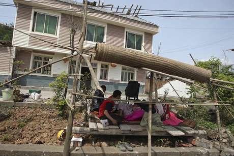La mayoría de los habitantes han salido de sus casas y permanecen en la calle. Foto: Reuters en español