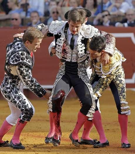 El diestro español sufrió una grave cornada este viernes en la plaza de toros de Sevilla. Foto: EFE