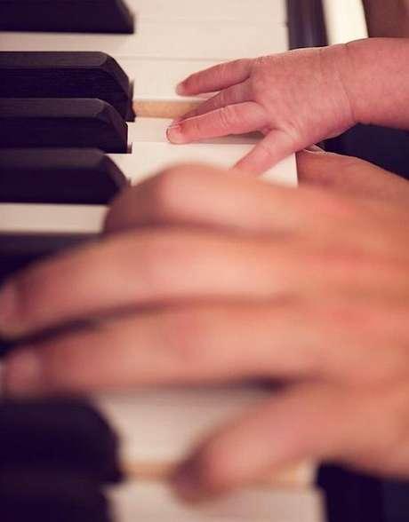Diego Torres en el piano con Nina, su hija recién nacida. La foto enterneció a todo el planeta twitter. Foto: Twitter