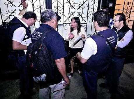 La dueña del restaurante Maximo Bistrot, en la Roma, encaró al personal de la Profeco que pretendía clausurar el lugar. Foto: Alejandro Mendoza / Reforma
