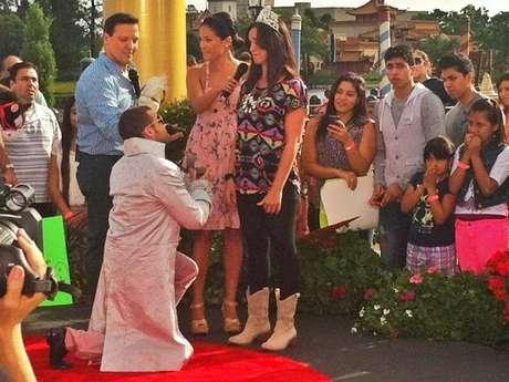 El dúo compartió una foto del momento en que Nacho le pide matrimonio a su pareja. Foto: Twitter