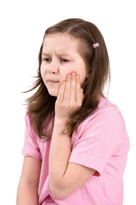 En muchos casos la enfermedad puede producir síntomas como la inflamación de la parótida (o parotiditis), lo que causa hinchazón y dolor local, sobre todo cuando se mastica. Foto: ThinkStock