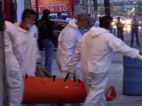 Elementos de la Agencia Estatal de Investigaciones, Fuerza Civil y Policía de Guadalupe se dieron cita en la escena del doble homicidio. Foto: Terra
