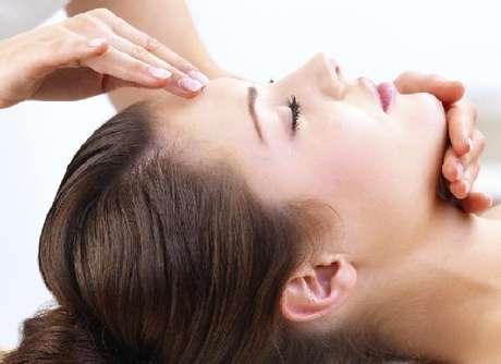 El rostro recibe una serie combinada de maniobras de masajes y manipulacionesbasados en el Medicina Tradcional China, indicados para levantar lamusculatura del rostro. Foto: Getty Images