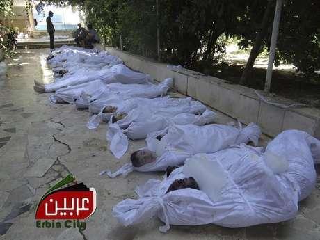 Fotografía facilitada por el Comité Local de Arbeen que muestra los cuerpos sin vida de varios sirios tras un supuesto ataque con gases tóxicos perpetrado por las fuerzas de seguridad sirias en Arbeen a las afueras de Damasco Foto: EFE/Local Committee Of Arbeen