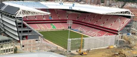 Vista del nuevo campo de San Mamés, que ya luce al completo su césped a tres semanas de su inauguración oficial, en el partido de la cuarta jornada de Liga que enfrentará al Athletic Club con el Celta el fin de semana del 14 y 15 de septiembre. Con ese rectángulo verde, los asientos rojos ya instalados y la visera cubriendo las tribunas ya levantadas, la construcción va tomando cuerpo, a pesar del hueco abierto que será finalizado según vaya avanzando la temporada. EFE/LUIS TEJIDO Foto: EFE en español