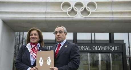 Ana Botella y Alejandro Blanco, entregando el dossier Foto: Terra