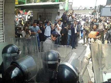 magen de un manifestante golpeando escudos de granaderos. Foto: Luis Cruz / Reforma