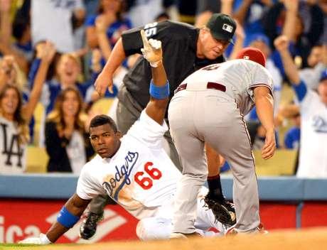 Yasiel Puig llega safe en tercera base. Dodgers de Los Ángeles contra los Diamondbacks de Arizona se verán las caras en Australia. Foto: Harry How / Getty Images