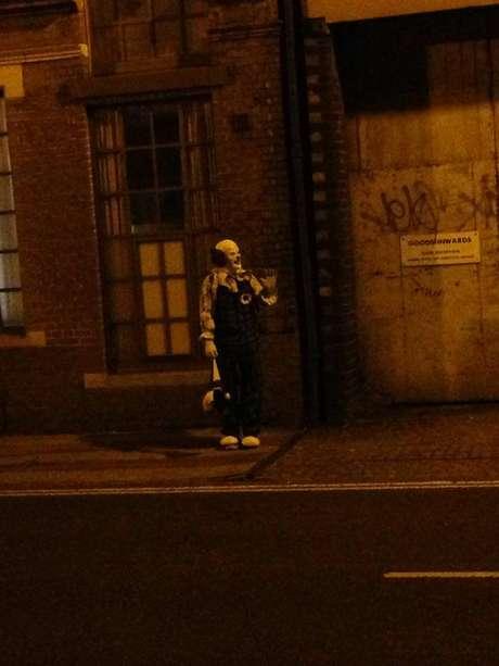 El payaso fuefotografiadopor habitantes del vecindarios que siguen en expectativa por la presencia delpersonaje. Foto: Tomada de Facebook