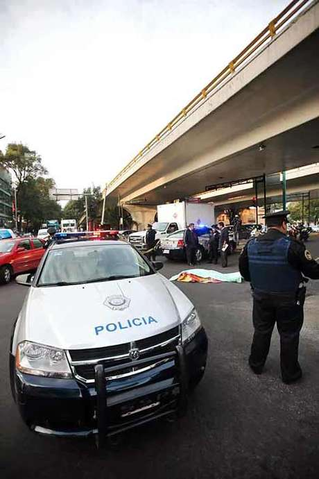 La Policía cerró uno de los laterales de Circuito Interior, en espera de que los peritos de la Procuraduría para realizar el levantamiento del cadáver. Foto: Reforma
