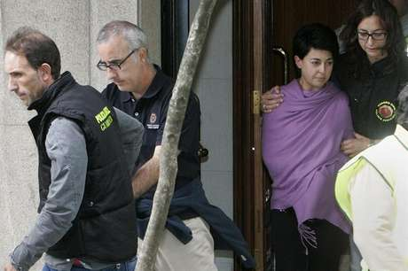 La madre de la niña sale del edificio donde la policía tomó huellas y  pruebas Foto: EFE en español