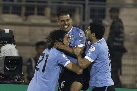 Uruguay golea 5-0 a Jordania y pone un pie en Brasil. Foto: AP