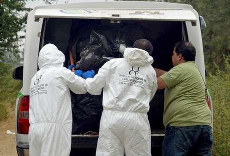 Expertos forenseslevantanalgunos de loscadáveres enconteadas en La Barca, Michoacán, esteviernes 15 de noviembre de 2013. Foto: EFE en español