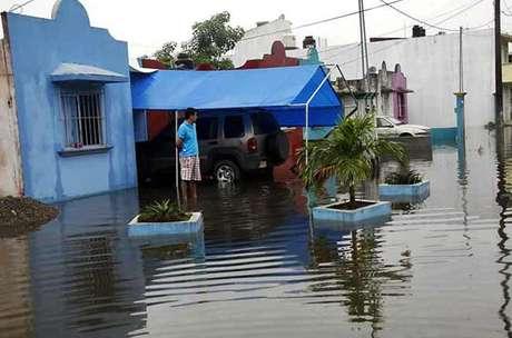 Debido a las lluvias provocadas por el frente frío número 19, el río Salto de Agua desbordó en el Municipio de Macuspana. Foto: Reforma