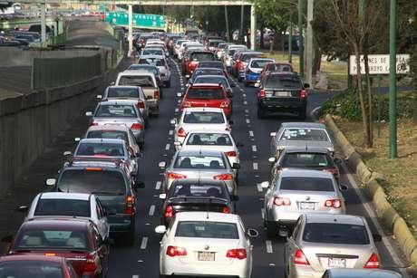 Para realizar el pago del refrendo vehicular 2014 de manera oportuna, los automovilistas pueden hacerlo en las 136 recaudadoras estatales. Foto: Archivo / Notimex