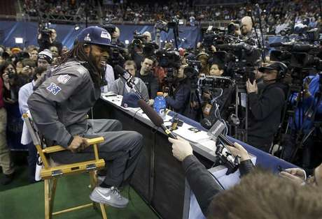 Seattle Seahawks cornerback Richard Sherman is surrounded by cameras during Media Day for Super Bowl XLVIII at the Prudential Center in Newark, New Jersey January 28, 2014. Foto: Shannon Stapleton / Reuters