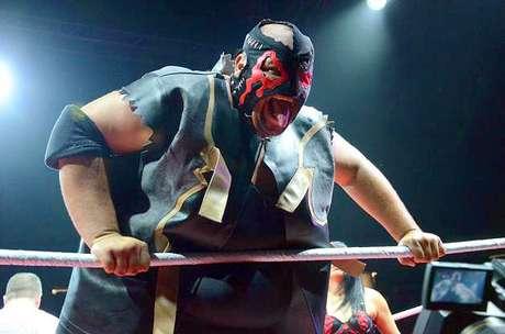 Monster Pain, con la compañía de Mistres Glenda, retuvo el título de la WWL en una triple amenaza se impuso a Carlito y Chavo Guerrero. Foto: Divulgación Internet
