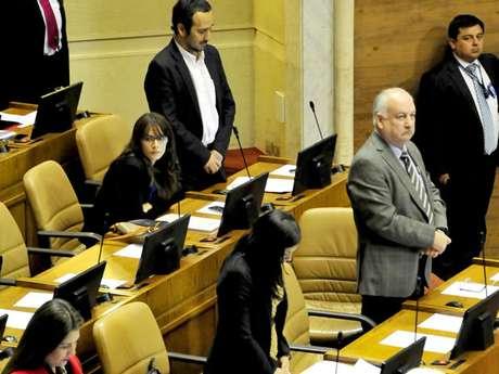 Camila Vallejo durante el minuto de silencio a Jaime Guzmán en el Congreso Foto: Agencia Uno