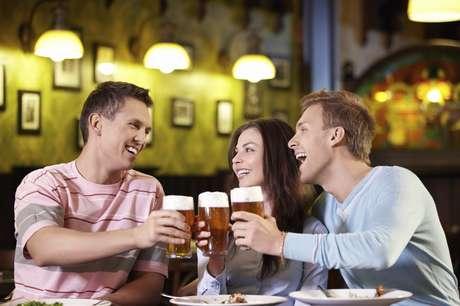 La clave para que la cerveza te haga bien y no mal es que la bebas con moderación. Foto: iStock