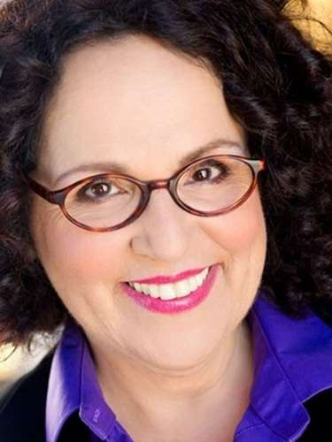 Ann Susi.- La actriz murió el 11 de noviembre en Los Ángeles tras perder una batalla contra el cáncer. Tenía62 años.Carol Ann Susi fue muyconocida por darle voz a Debbie Wolowitz, la madre de Howard Wolowitzen la serie 'The Big Bang Theory'.