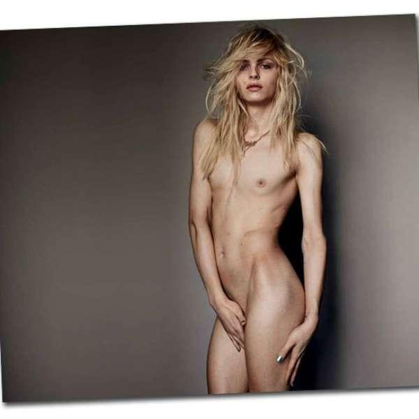 Mam posa de modelo desnuda para el trabajo de arte