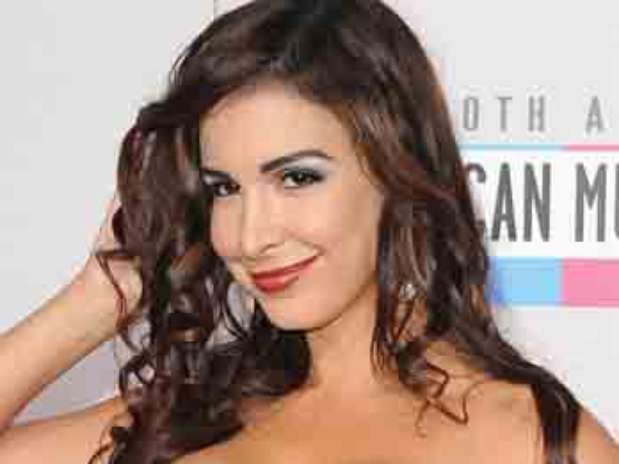 http://p1.trrsf.com/image/fget/cf/67/51/images.terra.com/2012/11/19/escotes-american-music-awards-4.jpg