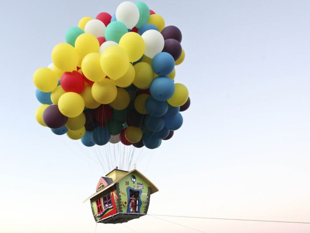 http://p1.trrsf.com/image/fget/cf/67/51/images.terra.com/2012/11/19/fan-of-pixar-movie-up-takes-to-the-skies-in-a-house-by-tying-hundreds-of-balloons-to-it-mail-online-131039.png