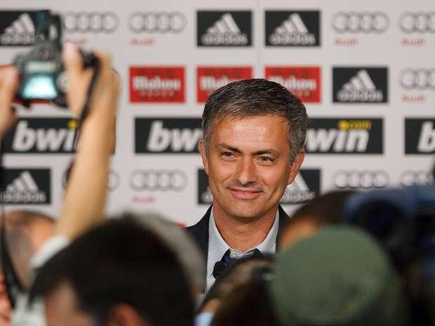 http://p1.trrsf.com/image/fget/cf/67/51/images.terra.com/2012/12/03/1-presentacion-mourinho-real-madrid.jpg