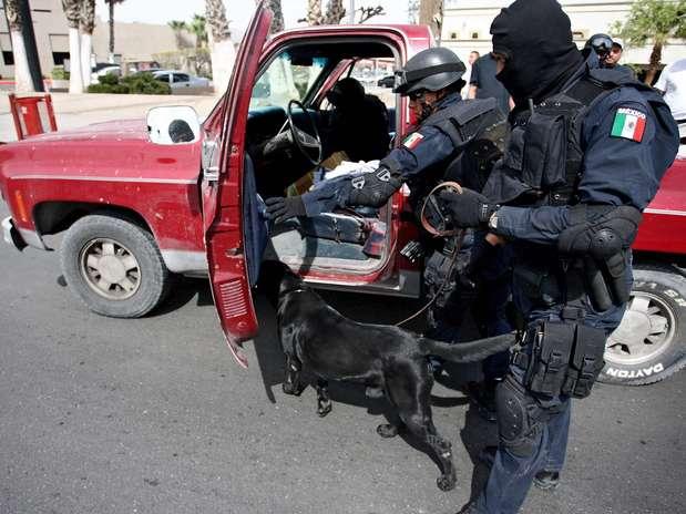 http://p1.trrsf.com/image/fget/cf/67/51/images.terra.com/2013/01/16/policias-1.jpg