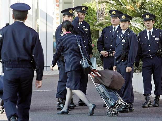 http://p1.trrsf.com/image/fget/cf/67/51/images.terra.com/2013/02/04/japan-police-8.jpg