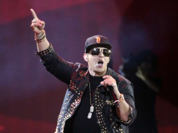 Daddy Yankee después de cantar sale cojeando. Foto: EFE/Getty Images