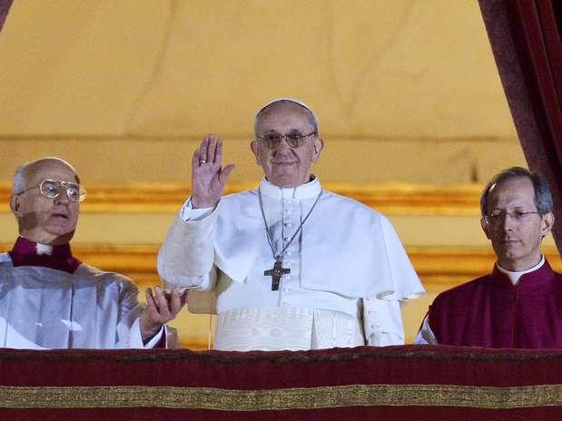 El papa Francisco aparece en el balcón de la basílica de San Pedro por primera vez como Sumo Pontifice Foto: AFP
