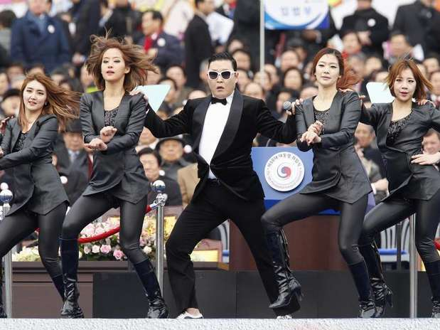 Singer Psy (C) performs during the inauguration of South Korea's President Park Geun-hye (not pictured) at the parliament in Seoul February 25, 2013. Foto: Kim Hong-Ji / Reuters