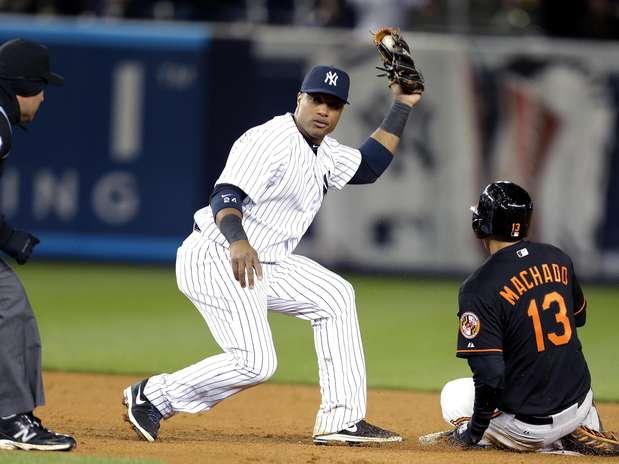 El segunda base dominicano de los Yanquis de Nueva York, Robinson Canó, al centro, voltea a ver al umpire luego de tocar a Manny Machado, de los Orioles de Baltimore. Foto: Julio Cortez / AP