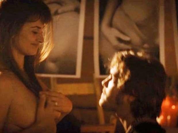 38-летняя Пенелопа Крус показала обнаженную грудь (ФОТО) .