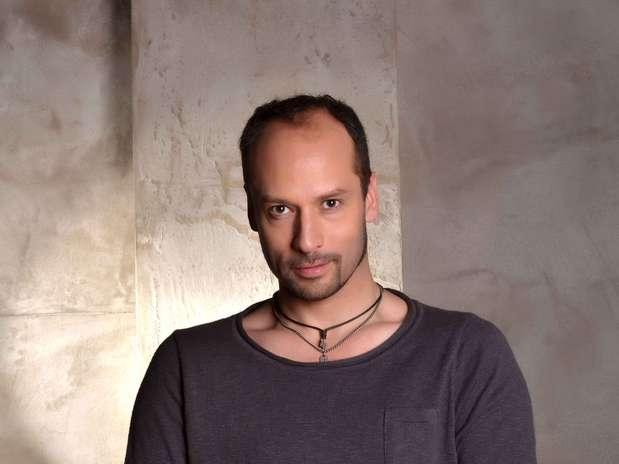 Andrés Velasco es uno de los homosexuales que quiere casarse en la nocturna de la red estatal. Foto: Gentileza TVN