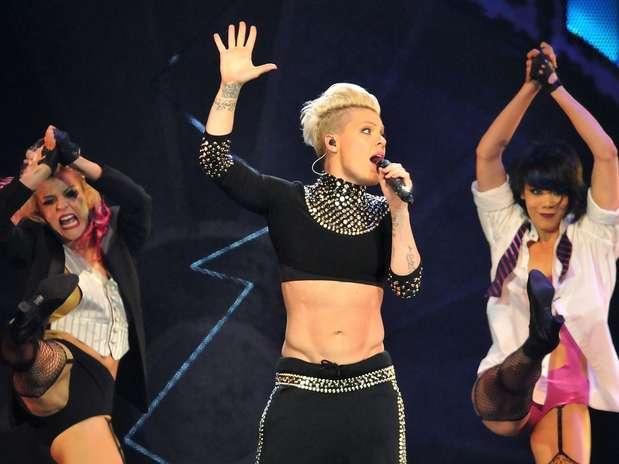 http://p1.trrsf.com/image/fget/cf/67/51/images.terra.com/2013/04/25/pink-abs-concert-3.jpg