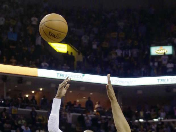 http://p1.trrsf.com/image/fget/cf/67/51/images.terra.com/2013/05/04/clippers-grizzlies-balope-1.jpg
