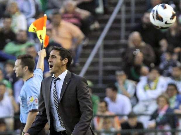 Manolo Jiménez, técnico del Real Zaragoza, grita desde la banda a sus jugadores durante el partido de Liga, correspondiente a la jornada trigésimo séptima en Primera División, que Real Betis y Real Zaragoza disputan, esta tarde, en el estadio Benito Villamarín, en Sevilla.  Foto: EFE