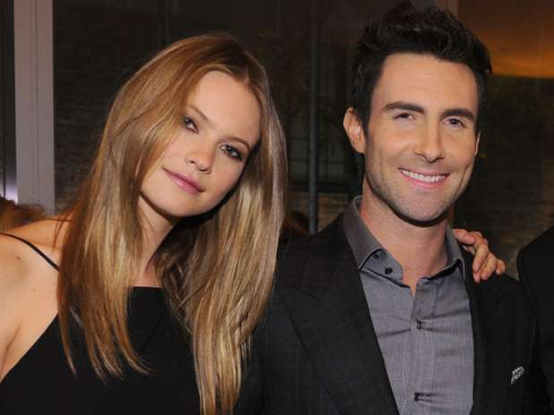 El vocalista de Maroon 5, feliz su novia Behati Prinsloo. Foto: Getty Images
