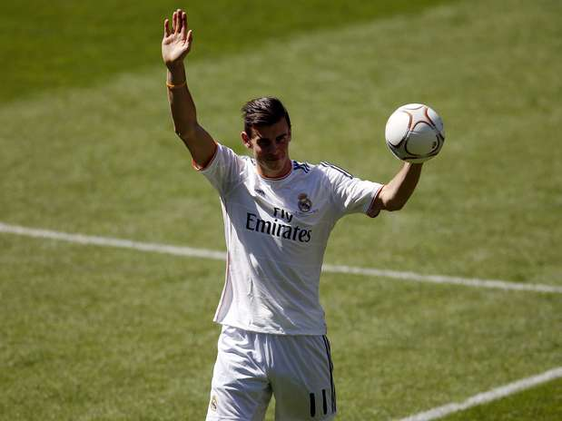 Gareth Bale Of Wales Waves To Real Madrid Fans During His Presentation