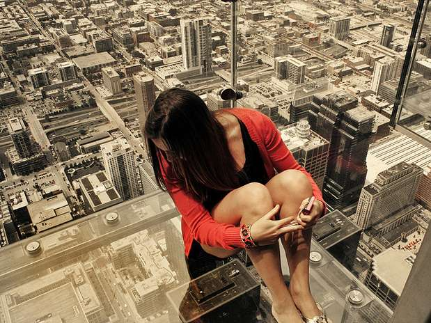 http://p1.trrsf.com/image/fget/cf/67/51/images.terra.com/2013/09/13/the-ledge-willis-tower-chicago.jpg