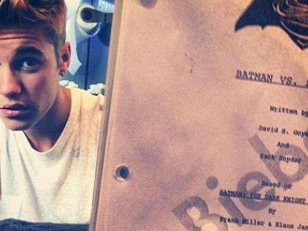 Justin Bieber posa con el guión de 'Batman' Foto: Instagram