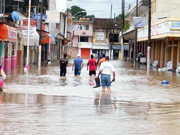 La SCT y la Secretaría de Obras Públicas de Hidalgo reportaron que el huracán 'Ingrid' ha dejado un saldo de 2 muertos, 1 desaparecido y 79 derrumbes. Foto: Archivo / Reforma