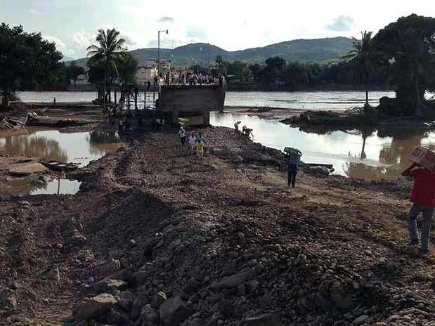 Una parte del puente que se encuentra en Coyuca de Catalán se derrumbó tras el desfogue de la presa El Caracol. Foto: Héctor Raúl González / Reforma