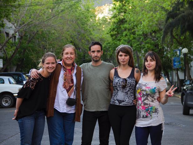 """El elenco de """"Las fabulosas flores"""" liderado por Anita Reeves, quien es la protagonista de la serie. Foto: Gentileza"""