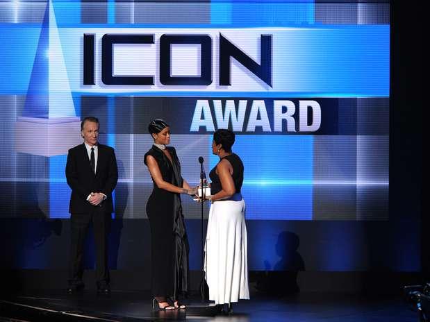 Rihanna recibe premio Icono del Año en los AMAs 2013