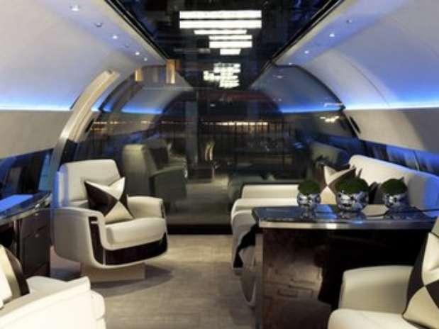 Uno de los empleados de un jet privado se esmera en poner todo a punto antes de la llegada de sus millonarios pasajeros Foto: BBC.com