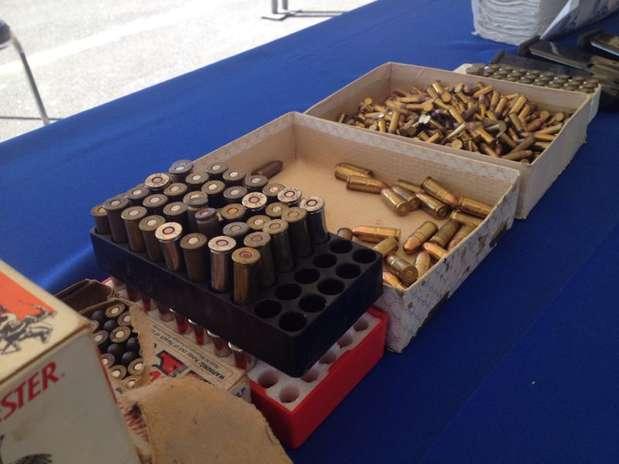Junto con los detenidos fueron asegurados cinco vehículos, cuatro armas de fuego, cuatro cargadores, 60 cartuchos útiles, un radio transmisor y 80 kilos de hierba verde con características de la marihuana. Foto: Arnoldo González / Terra